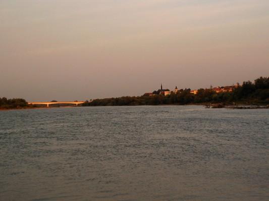 Widok na miasto i most drogowy