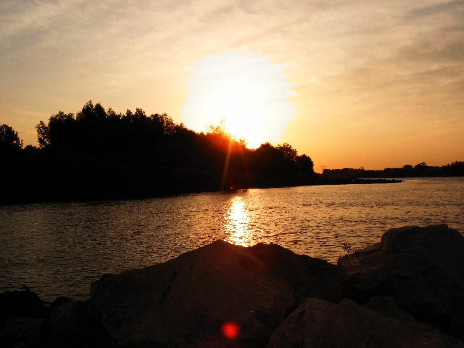 Wschód słońca widziany z tamy